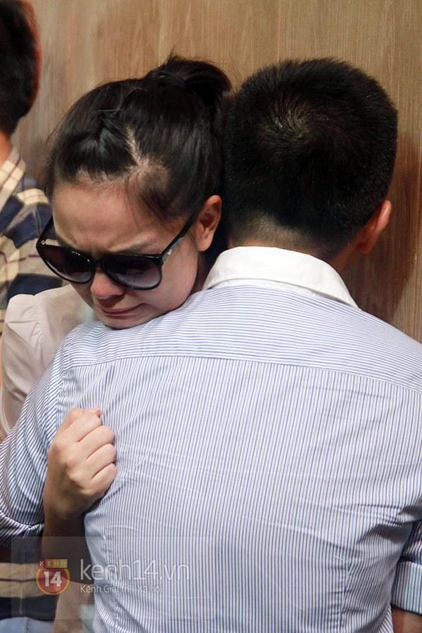 Mẹ và em gái Wanbi Tuấn Anh tiều tụy, suy sụp trong lễ tang 18