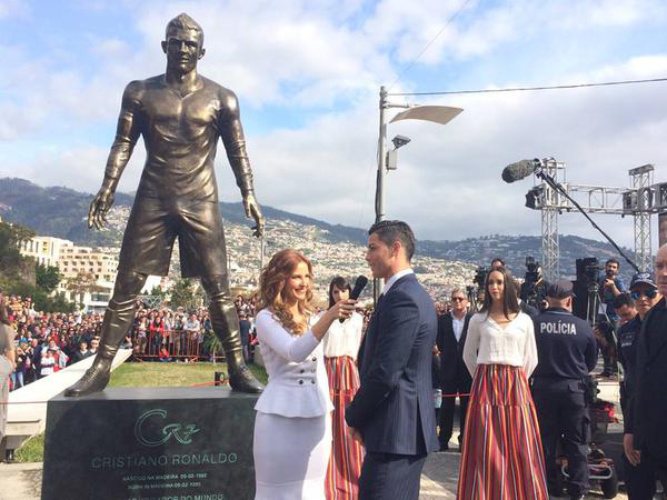 """Ronaldo tức tốc """"về quê"""" ra mắt tượng đồng CR7 khổng lồ 2"""