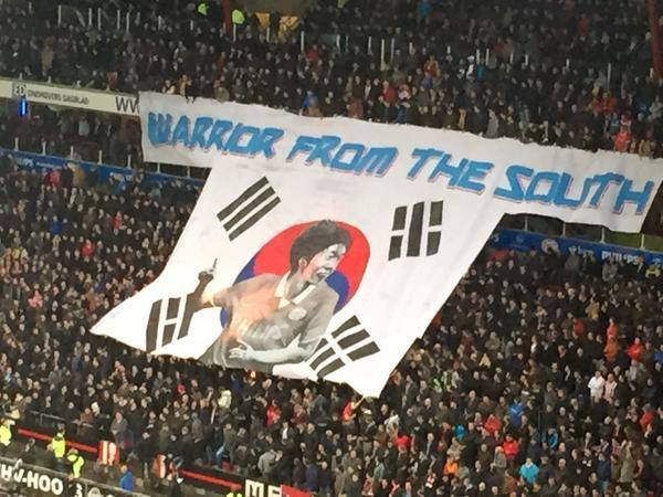 Biểu ngữ tri ân Park Ji Sung của CĐV Eindhoven bị đốt cháy trên khán đài 1