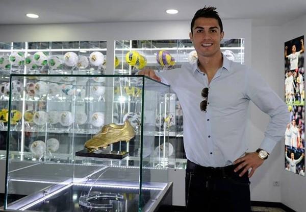 """Ronaldo tức tốc """"về quê"""" ra mắt tượng đồng CR7 khổng lồ 7"""
