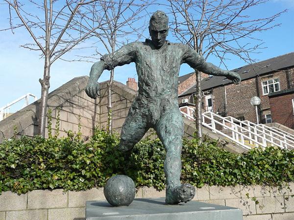 10 bức tượng kỳ quặc nhất làng bóng đá 8