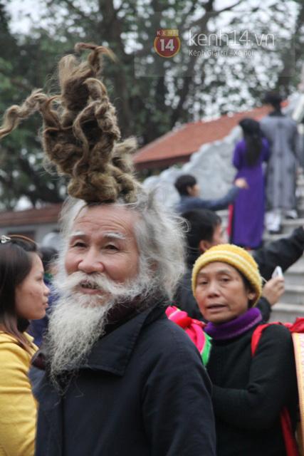 """Cụ ông kiếm tiền ở hội Lim nhờ... tóc """"độc"""" 1"""