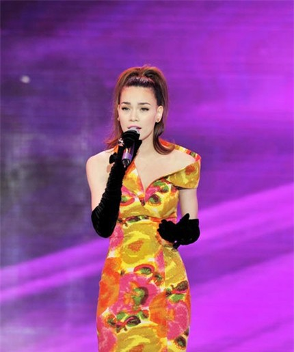 """Ngắm vẻ đẹp qua năm tháng của 4 """"nữ hoàng"""" showbiz Việt 43"""