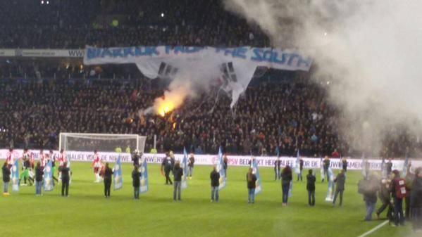 Biểu ngữ tri ân Park Ji Sung của CĐV Eindhoven bị đốt cháy trên khán đài 2