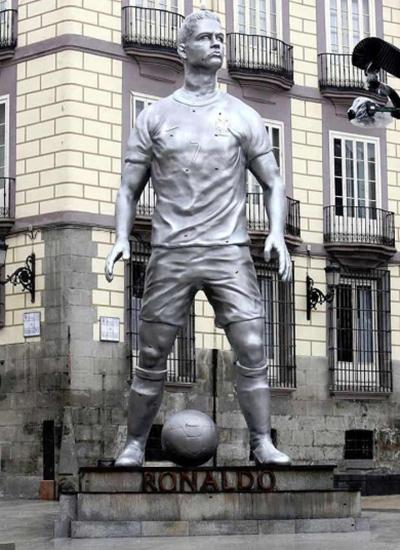 10 bức tượng kỳ quặc nhất làng bóng đá 2