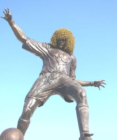 10 bức tượng kỳ quặc nhất làng bóng đá 4