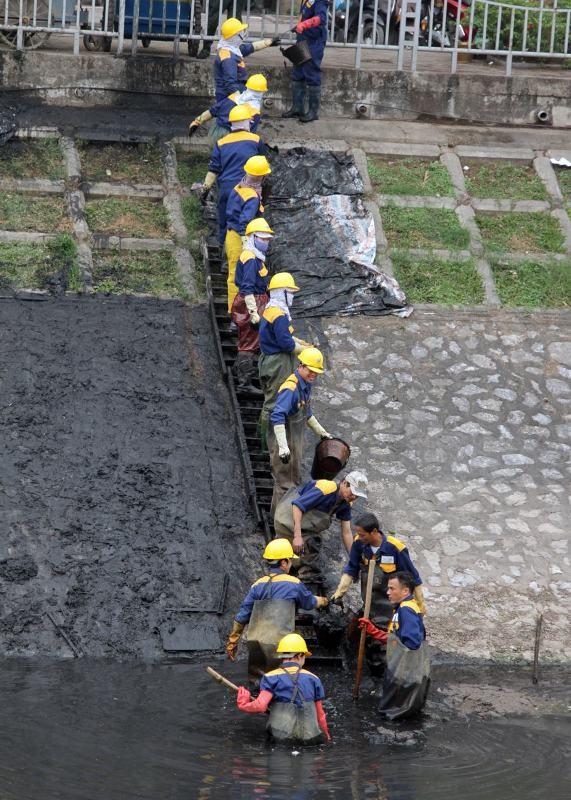 Sông Tô Lịch là một dòng thoát nước thải của Hà Nội, bị ô nhiễm nặng, màu nước đã đen ngòm và bốc mùi khó chịu. Bất chấp cái lạnh, nhiều công nhân đã lội xuống lòng sông để vớt sạch bùn và phế thải.
