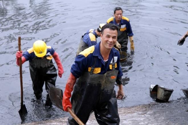 Những người công nhân hăng hái đang di chuyển từ vị trí này sang vị trí khác để tiếp tục làm việc. Chỉ sau 2 ngày làm việc, khúc sông dọc đường Quan Hoa đã có những tiến triển đáng kể, môi trường lòng sông được cải thiện, những khu vực bị tắc nghẽn do rác thải giảm đi nhiều và nước sông chảy dễ dàng hơn