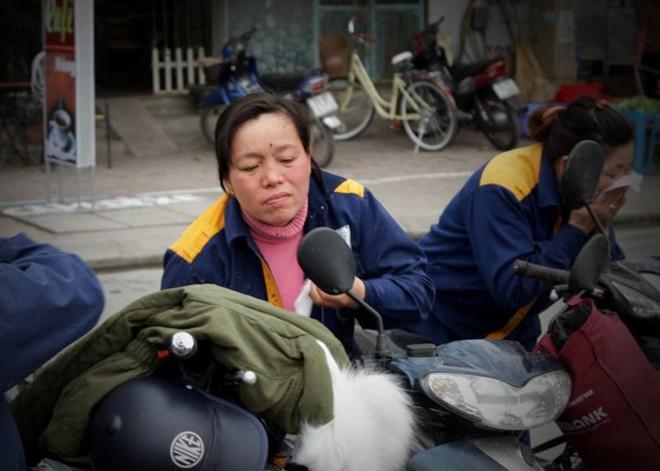 Khi hết giờ làm việc, công nhân thường phải dùng khăn để lau những vết bùn bám trên cơ thể. Cô Nga (41 tuổi) chia sẻ: