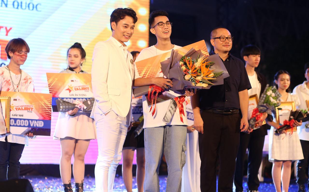Mất chưa đến 5 phút đàn hát, nam sinh Quảng Bình chinh phục học bổng hàng trăm triệu đồng của ĐH FPT