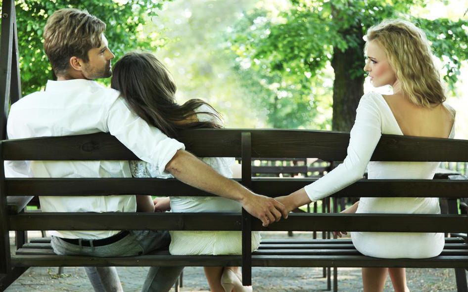 Đâu là vũ khí mạnh mẽ nhất của người phụ nữ để chống lại hậu quả tiêu cực của những rủi ro tình cảm, ví như người thứ ba?