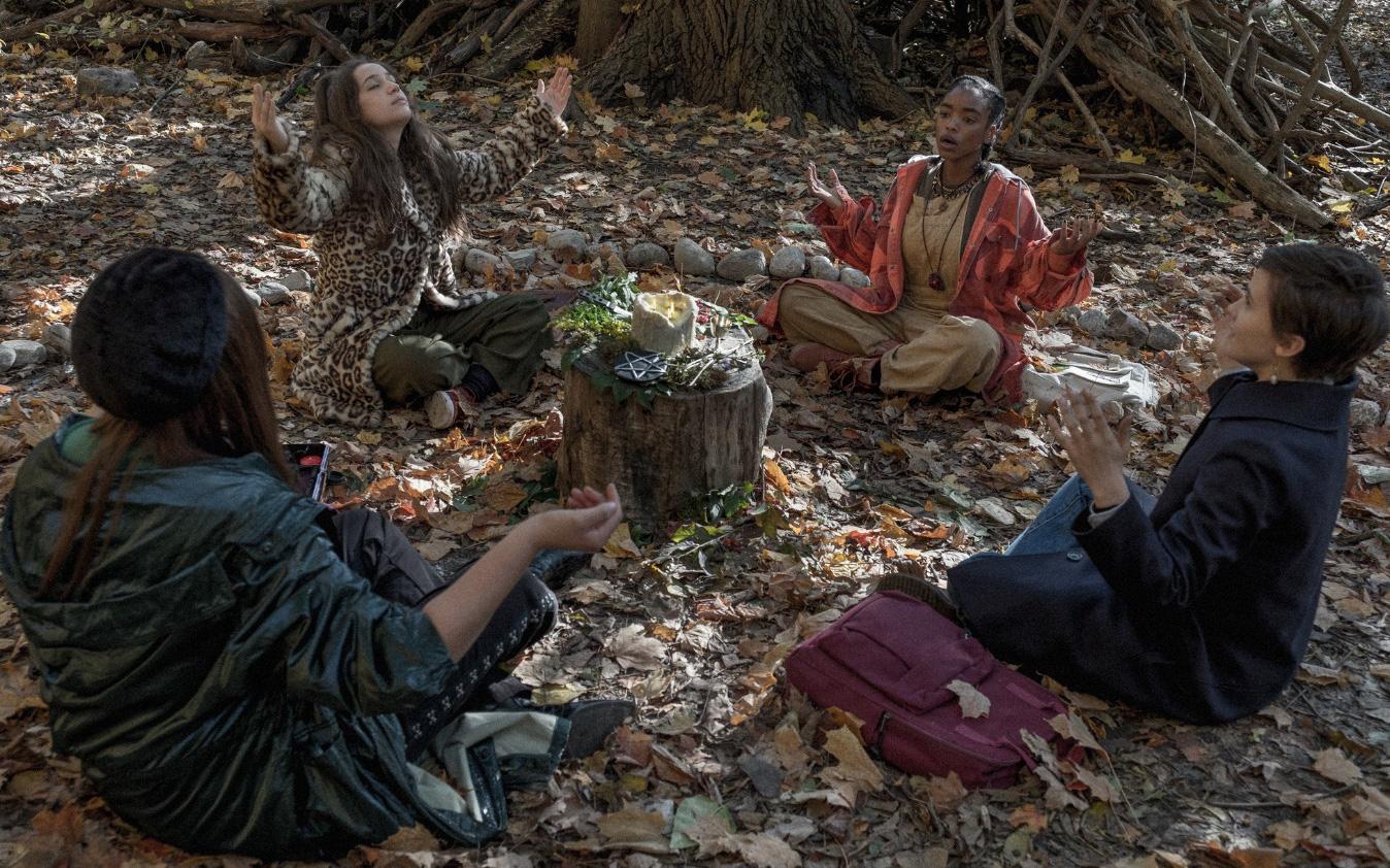 Phù Thủy Học Đường - Câu chuyện lôi cuốn và ma mị về các phù thủy tuổi teen vừa làm quen với phép thuật