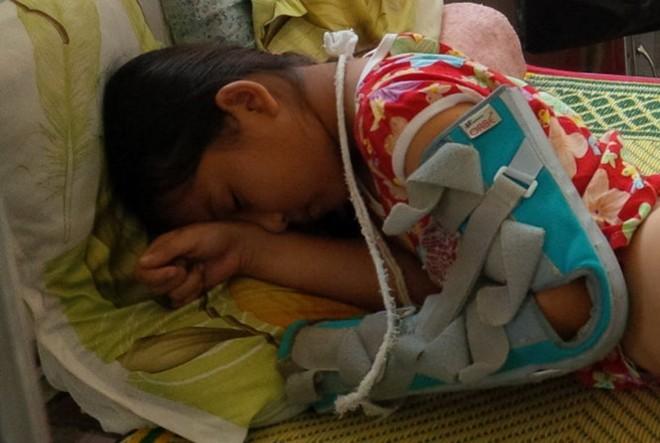 Cháu Linh đang điều trị tại Bệnh viện Đa khoa huyện Cam Lộ (Quảng Trị).