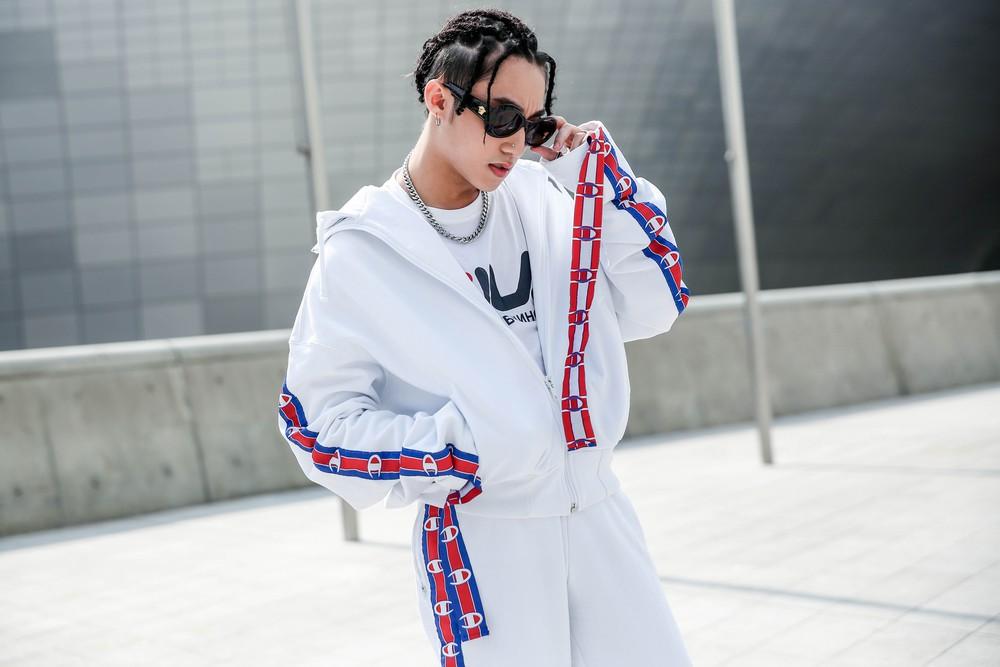 Seoul Fashion Week: Sơn Tùng để tóc tết Hip hop, diện đồ thể thao trắng muốt và được chụp ảnh lia lịa - Ảnh 2.