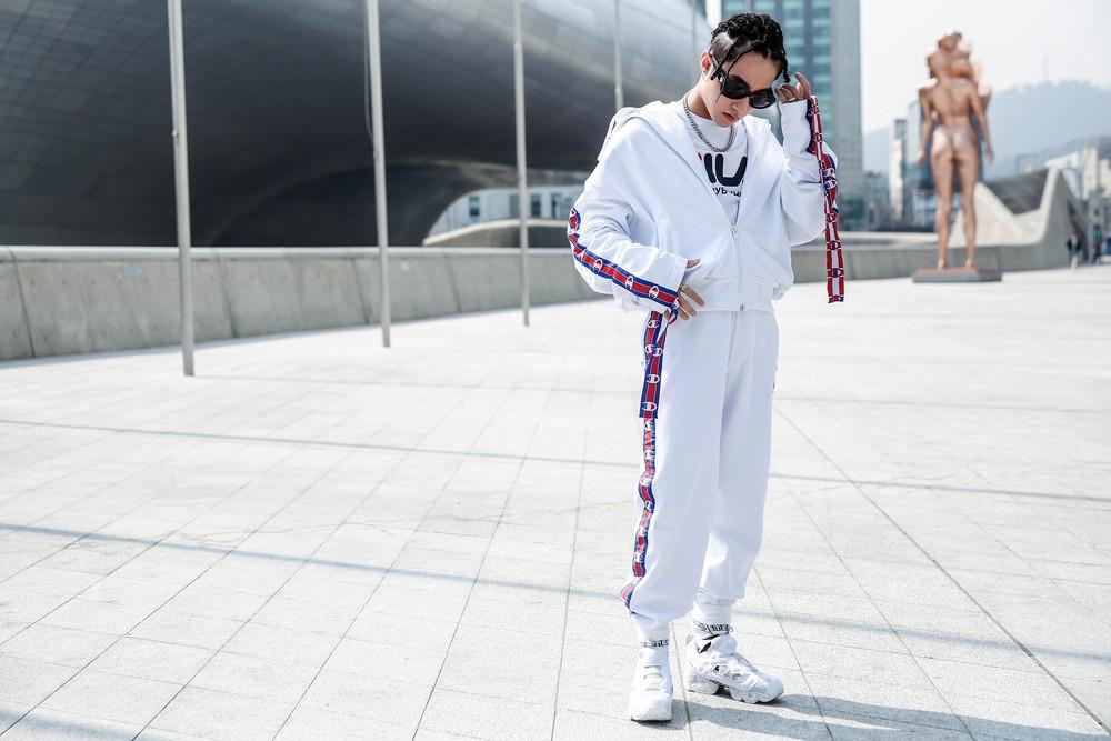 Seoul Fashion Week: Sơn Tùng để tóc tết Hip hop, diện đồ thể thao trắng muốt và được chụp ảnh lia lịa - Ảnh 1.