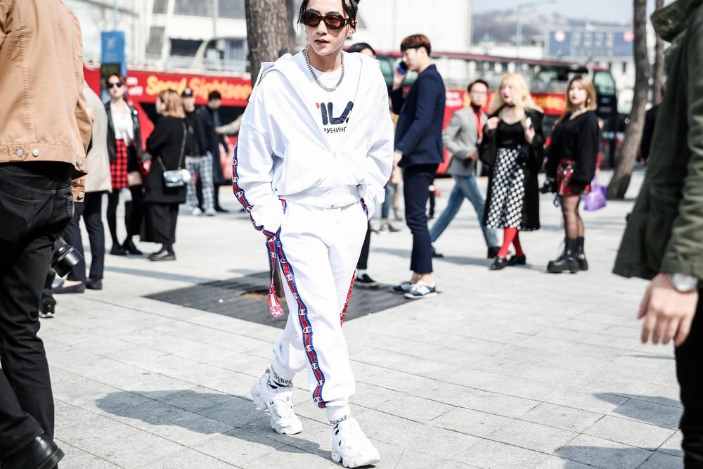 Seoul Fashion Week: Sơn Tùng để tóc tết Hip hop, diện đồ thể thao trắng muốt và được chụp ảnh lia lịa - Ảnh 5.
