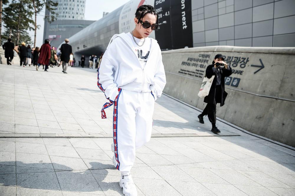 Seoul Fashion Week: Sơn Tùng để tóc tết Hip hop, diện đồ thể thao trắng muốt và được chụp ảnh lia lịa - Ảnh 8.