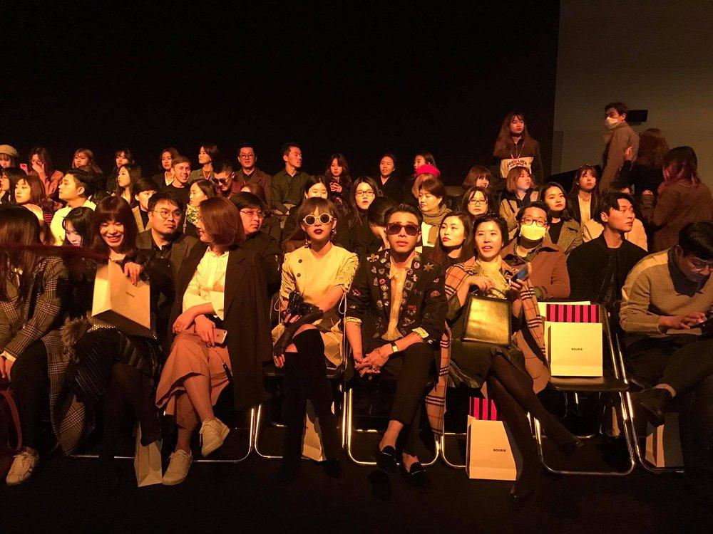 Seoul Fashion Week: Phí Phương Anh tóc tím nổi bần bật trên hàng ghế đầu cùng stylist Hoàng Ku - Ảnh 15.