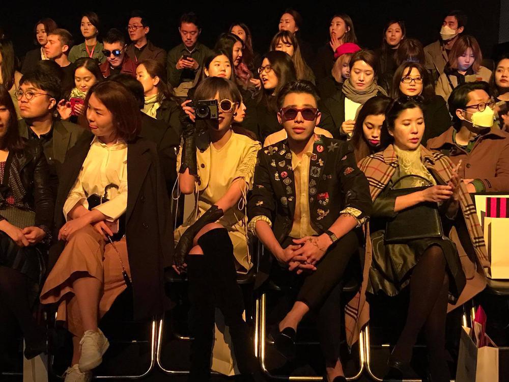 Seoul Fashion Week: Phí Phương Anh tóc tím nổi bần bật trên hàng ghế đầu cùng stylist Hoàng Ku - Ảnh 16.