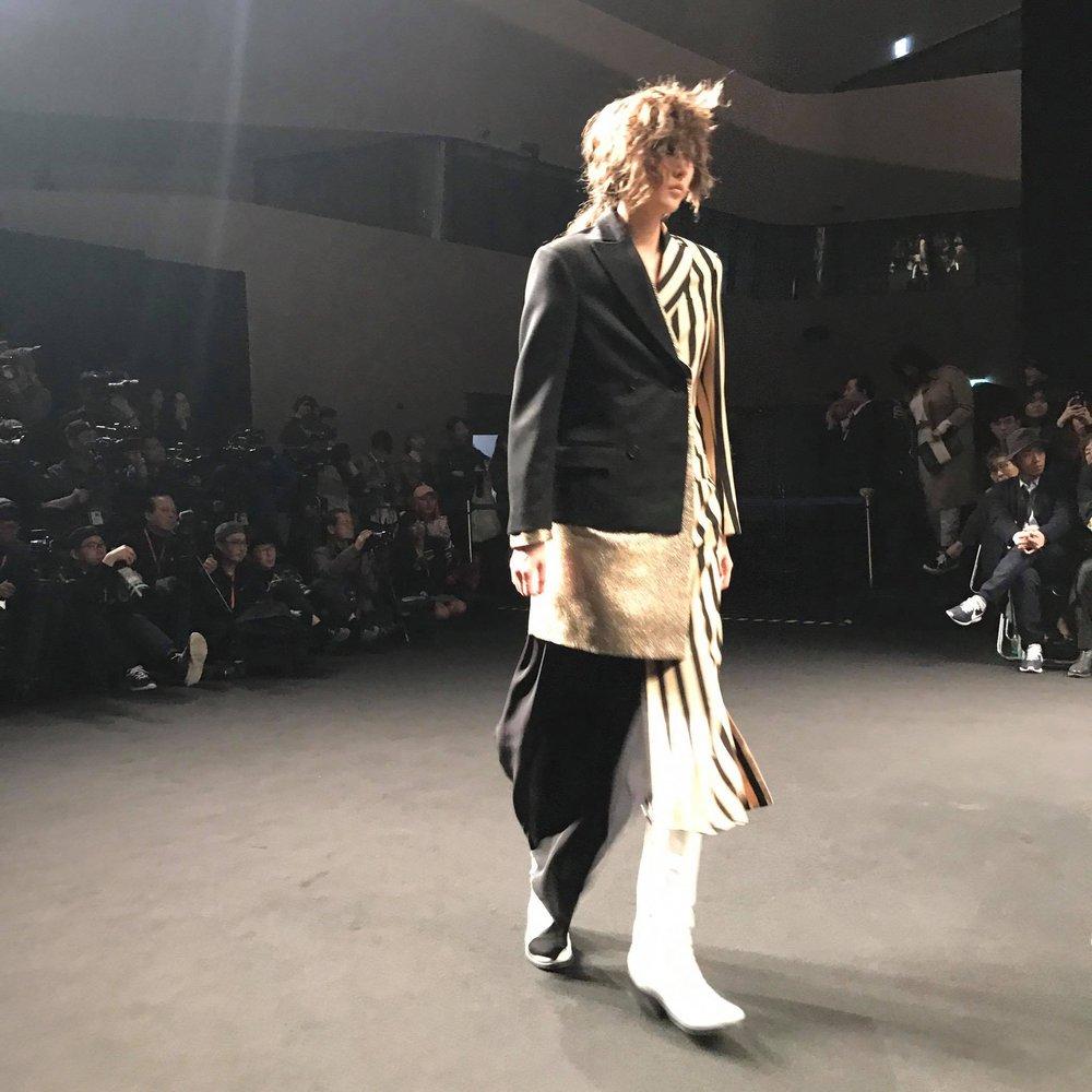 Seoul Fashion Week: Phí Phương Anh tóc tím nổi bần bật trên hàng ghế đầu cùng stylist Hoàng Ku - Ảnh 17.