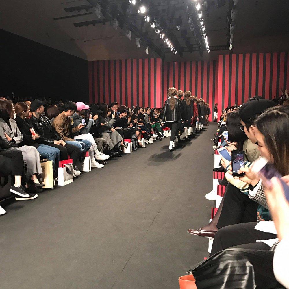 Seoul Fashion Week: Phí Phương Anh tóc tím nổi bần bật trên hàng ghế đầu cùng stylist Hoàng Ku - Ảnh 21.