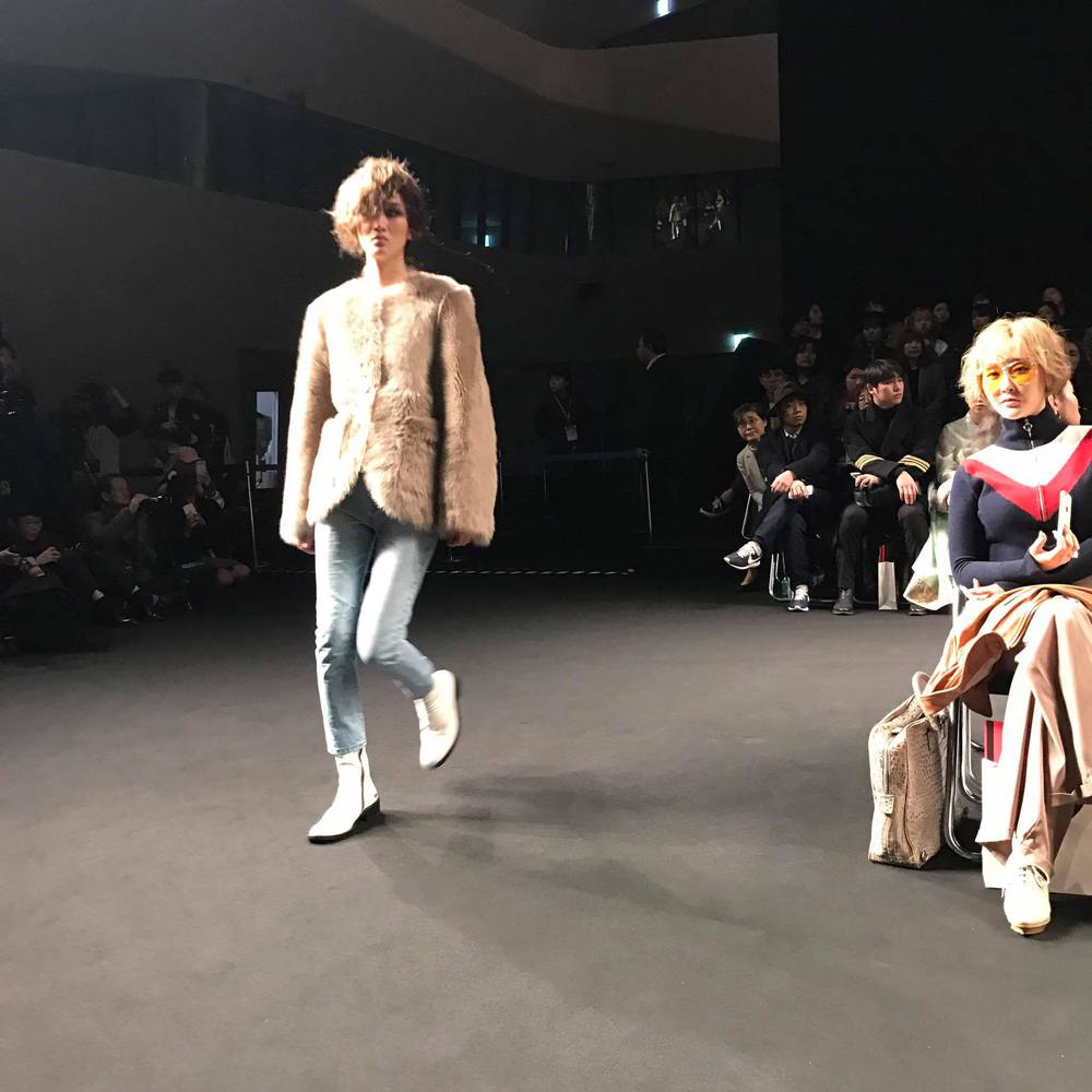 Seoul Fashion Week: Phí Phương Anh tóc tím nổi bần bật trên hàng ghế đầu cùng stylist Hoàng Ku - Ảnh 20.