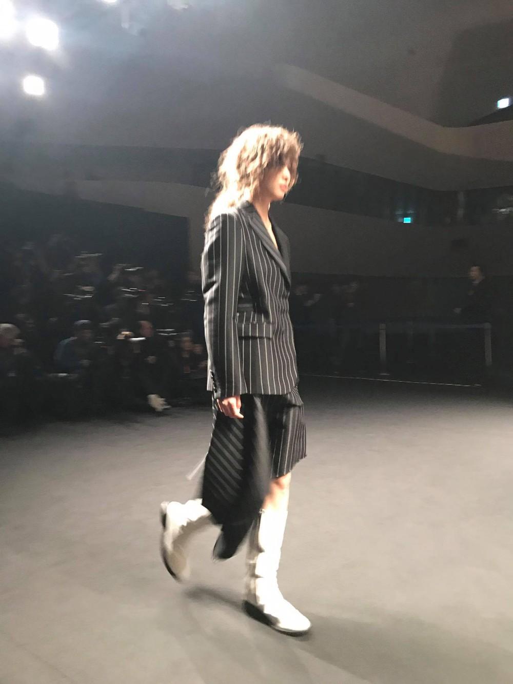 Seoul Fashion Week: Phí Phương Anh tóc tím nổi bần bật trên hàng ghế đầu cùng stylist Hoàng Ku - Ảnh 19.