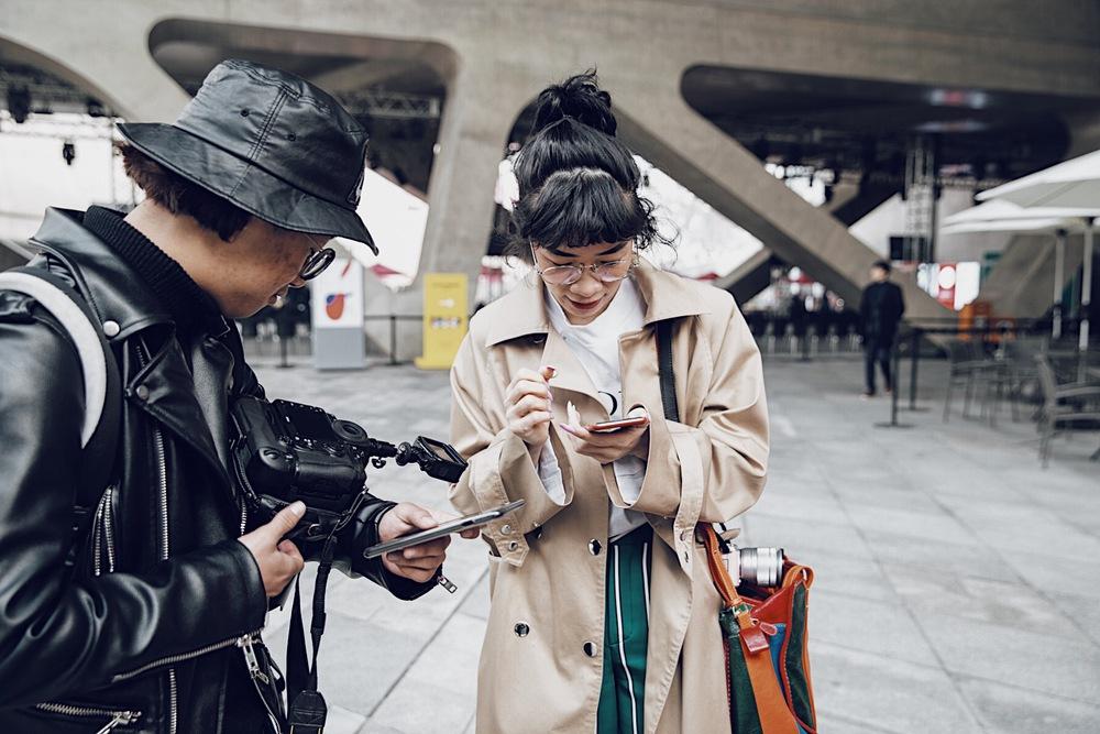 Seoul Fashion Week: Phí Phương Anh tóc tím nổi bần bật trên hàng ghế đầu cùng stylist Hoàng Ku - Ảnh 13.
