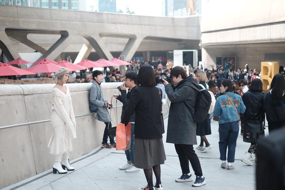 Seoul Fashion Week: Min xinh như gái Hàn, Hoàng Ku mặc áo lông 5kg giá 500 triệu ngồi ghế đầu xem show - Ảnh 13.
