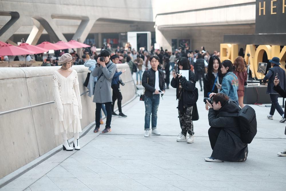 Seoul Fashion Week: Min xinh như gái Hàn, Hoàng Ku mặc áo lông 5kg giá 500 triệu ngồi ghế đầu xem show - Ảnh 12.
