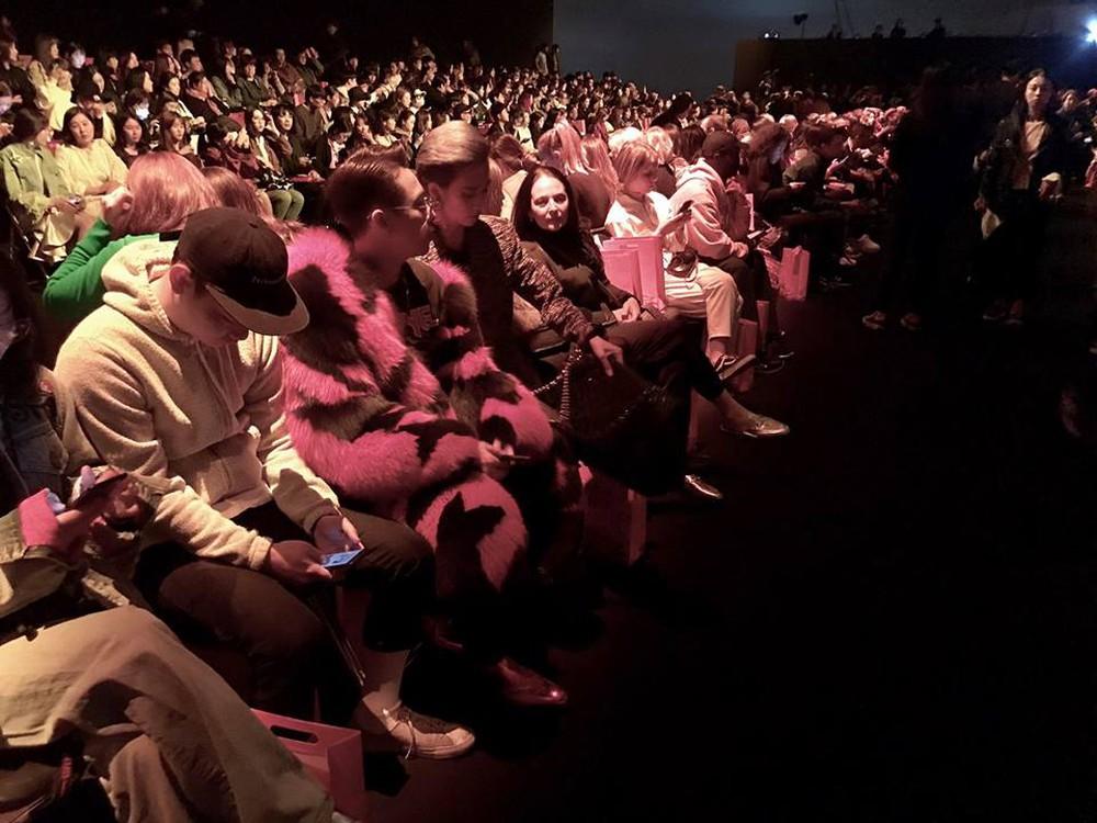 Seoul Fashion Week: Min xinh như gái Hàn, Hoàng Ku mặc áo lông 5kg giá 500 triệu ngồi ghế đầu xem show - Ảnh 18.
