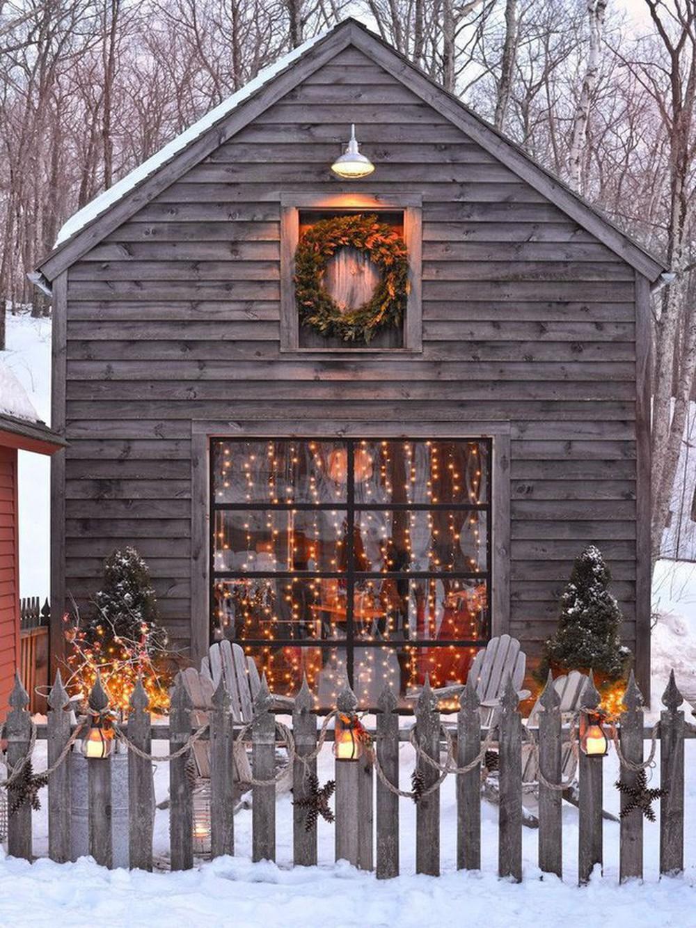 Những ngôi nhà trang hoàng lộng lẫy đón Noel đẹp đến mê mẩn giữa tuyết trắng - Ảnh 2.