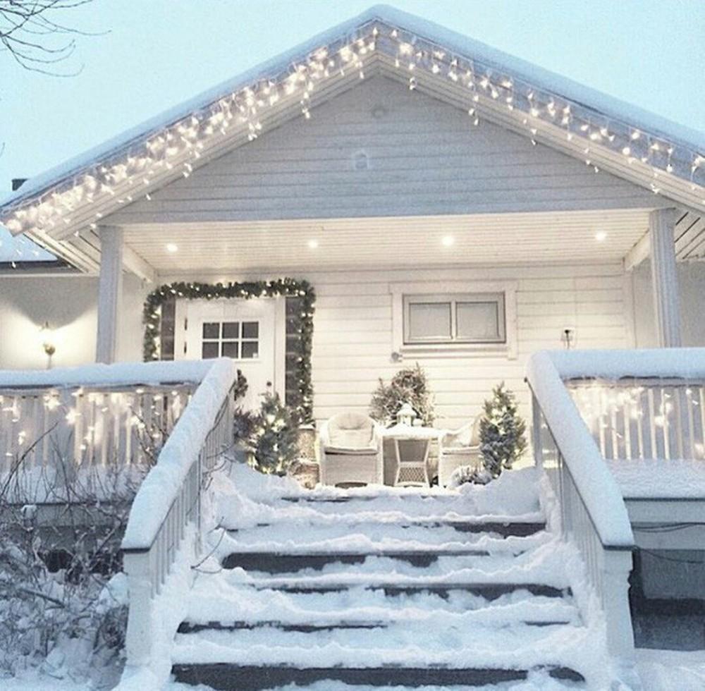 Những ngôi nhà trang hoàng lộng lẫy đón Noel đẹp đến mê mẩn giữa tuyết trắng - Ảnh 8.