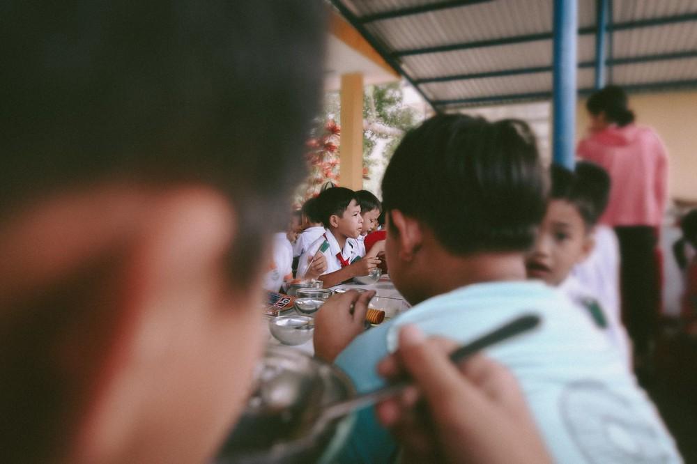 Bộ ảnh xúc động về cậu bé mồ côi ở Quảng Nam tự lập từ năm 12 tuổi, nuôi lợn để được đến trường - Ảnh 6.
