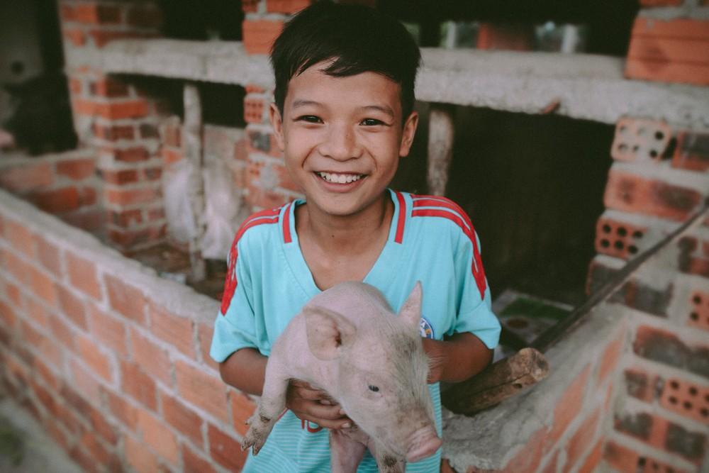 Bộ ảnh xúc động về cậu bé mồ côi ở Quảng Nam tự lập từ năm 12 tuổi, nuôi lợn để được đến trường - Ảnh 1.
