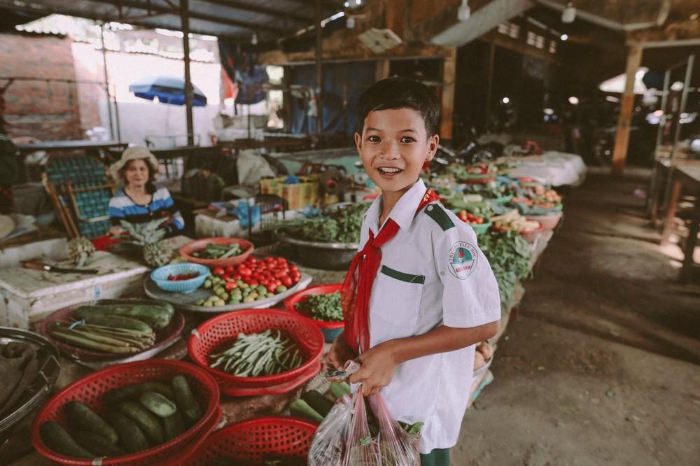 Bộ ảnh xúc động về cậu bé mồ côi ở Quảng Nam tự lập từ năm 12 tuổi, nuôi lợn để được đến trường - Ảnh 11.