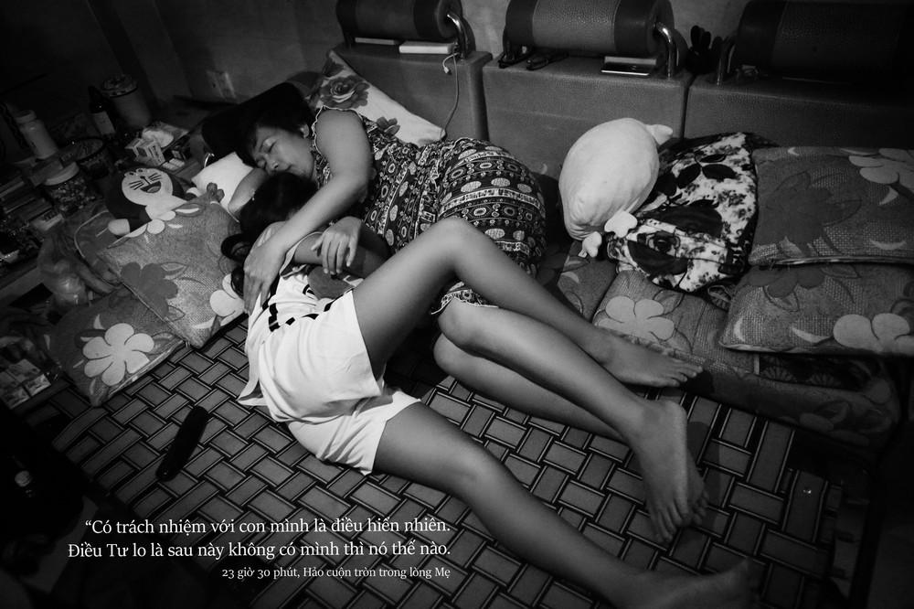 24 giờ của Tư: Bộ ảnh xúc động về người mẹ đơn thân chiến đấu với căn bệnh ung thư cùng cô con gái 12 tuổi - Ảnh 13.
