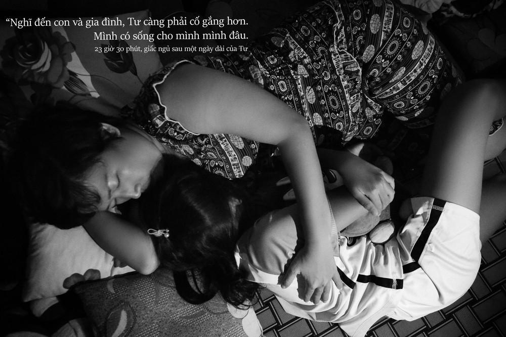 24 giờ của Tư: Bộ ảnh xúc động về người mẹ đơn thân chiến đấu với căn bệnh ung thư cùng cô con gái 12 tuổi - Ảnh 14.