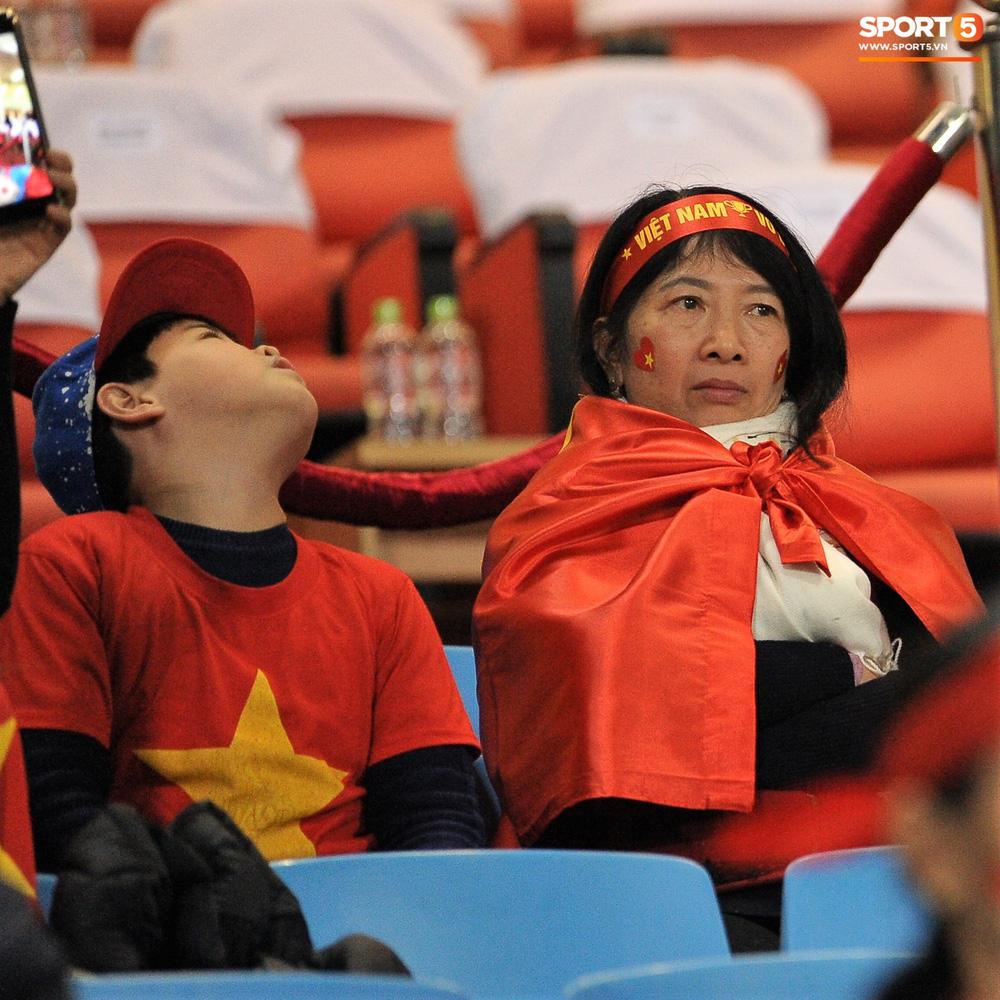 Bố mẹ cầu thủ Việt Nam suy tư, bồn chồn ngồi chờ đến giờ con trai đại chiến với Malaysia - Ảnh 2.