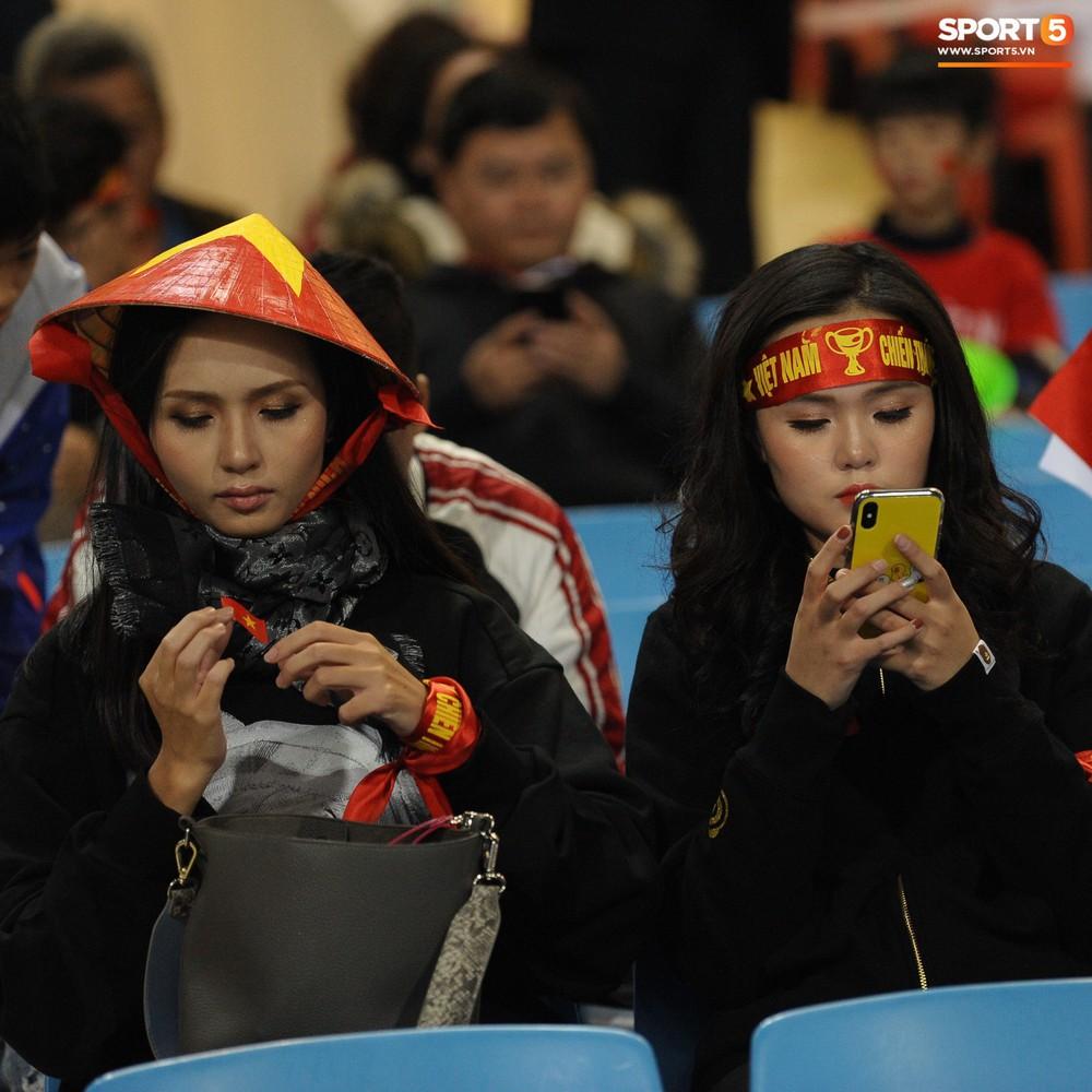 Bố mẹ cầu thủ Việt Nam suy tư, bồn chồn ngồi chờ đến giờ con trai đại chiến với Malaysia - Ảnh 8.