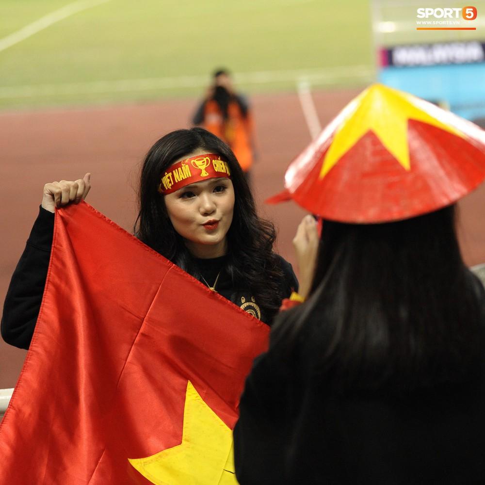 Bố mẹ cầu thủ Việt Nam suy tư, bồn chồn ngồi chờ đến giờ con trai đại chiến với Malaysia - Ảnh 7.