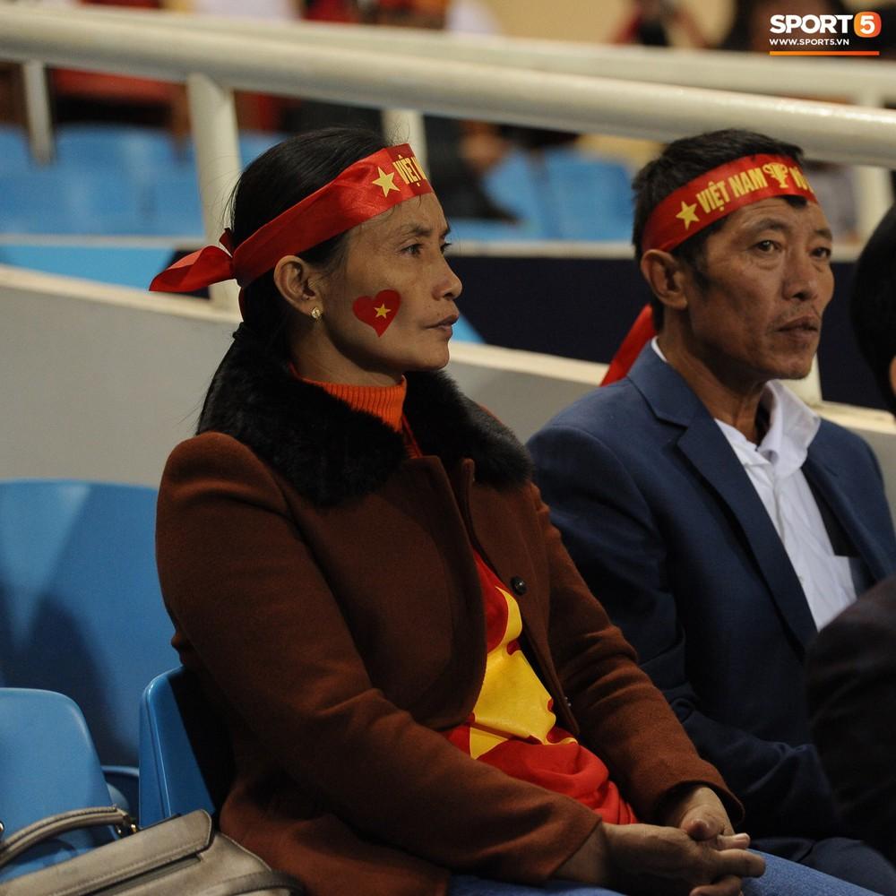 Bố mẹ cầu thủ Việt Nam suy tư, bồn chồn ngồi chờ đến giờ con trai đại chiến với Malaysia - Ảnh 3.