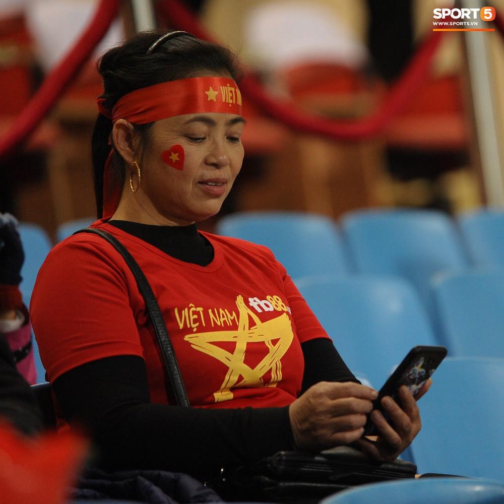 Bố mẹ cầu thủ Việt Nam suy tư, bồn chồn ngồi chờ đến giờ con trai đại chiến với Malaysia - Ảnh 5.