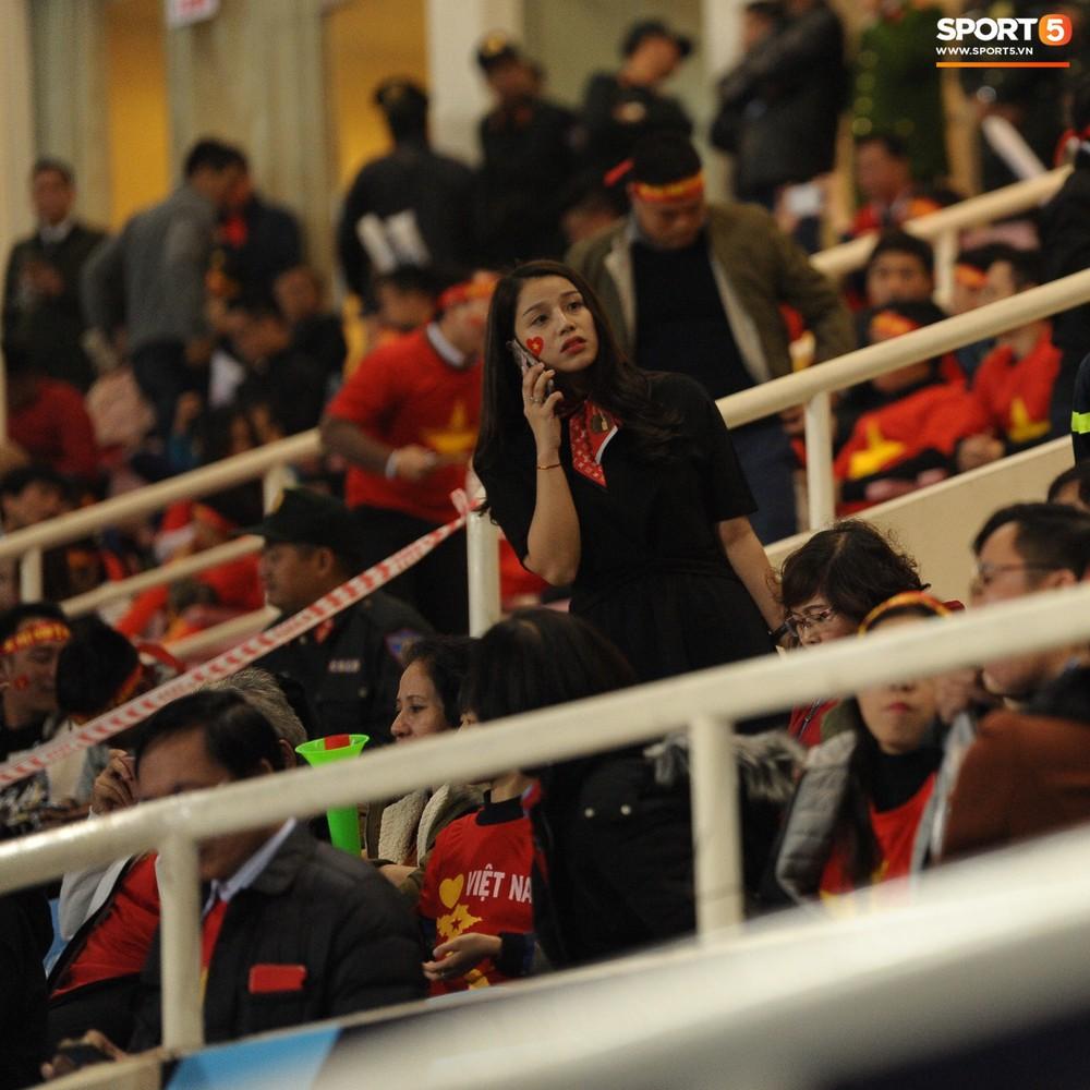 Bố mẹ cầu thủ Việt Nam suy tư, bồn chồn ngồi chờ đến giờ con trai đại chiến với Malaysia - Ảnh 9.