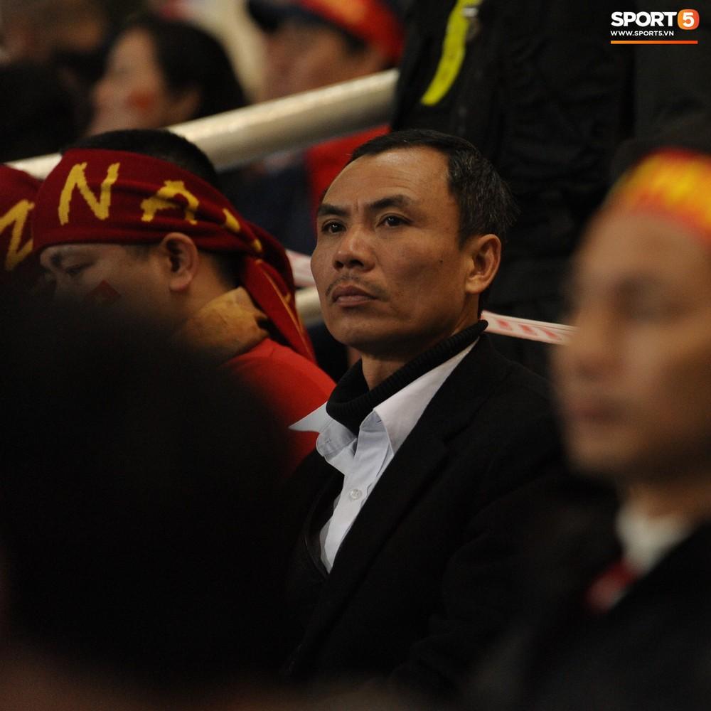 Bố mẹ cầu thủ Việt Nam suy tư, bồn chồn ngồi chờ đến giờ con trai đại chiến với Malaysia - Ảnh 4.