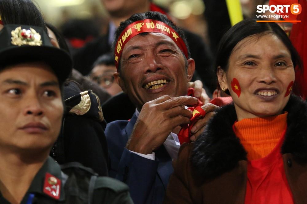 Cậu út ĐT Việt Nam bật khóc trong vòng tay bố mẹ - Ảnh 4.