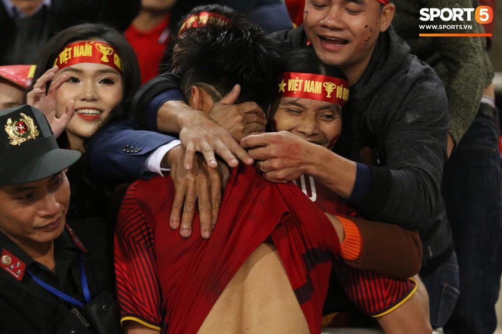 Cậu út ĐT Việt Nam bật khóc trong vòng tay bố mẹ - Ảnh 3.