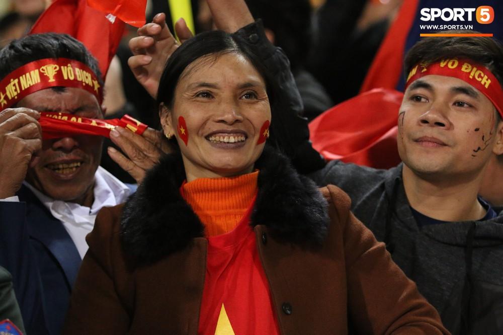Cậu út ĐT Việt Nam bật khóc trong vòng tay bố mẹ - Ảnh 5.
