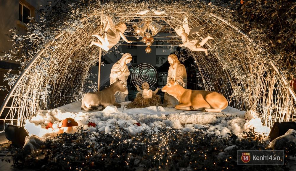 Trường ĐH con nhà giàu này đang là trường trang trí Noel đẹp nhất nước, có máy phun tuyết nhân tạo, tha hồ sống ảo - Ảnh 1.