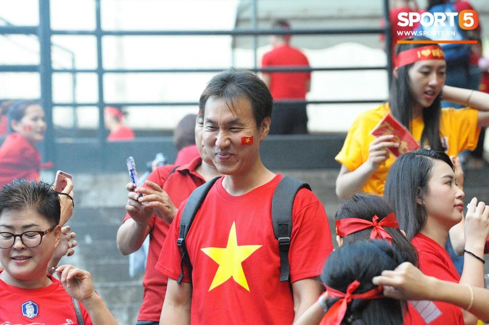 Hoàng thượng Hàn Quốc được fan girl Việt Nam chăm sóc nhiệt tình - Ảnh 8.